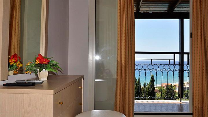 Dinas_Paradise_Hotel_1