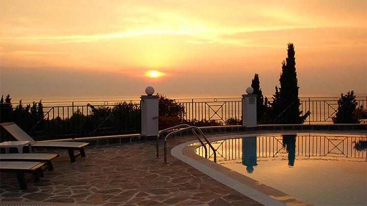 Dinas_Paradise_Hotel_2